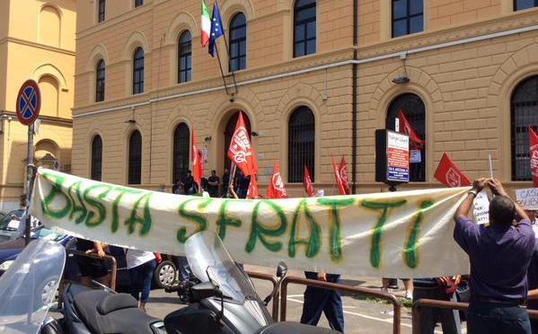 Blitz dei movimenti per il diritto all'abitare al Tribunale Civile di Roma: basta sfratti!