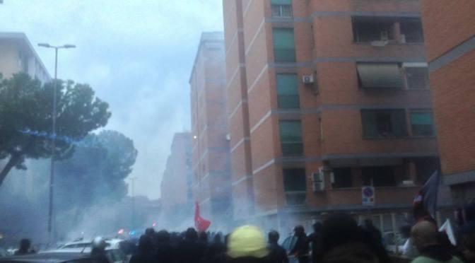 Alla Magliana la polizia difende i fascisti. Cariche e fermi
